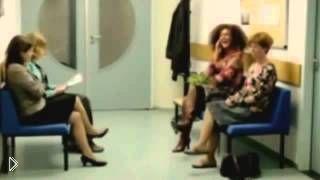 Смотреть онлайн Конфликт между девушками в очереди к психиатру