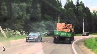 Смотреть онлайн Перевернулся грузовик с огромными бревнами
