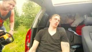 Смотреть онлайн Спящего парня чуть не распилили бензопилой