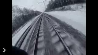 Смотреть онлайн Парень замерз катаясь на поезде