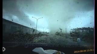 Смотреть онлайн Торнадо в Тайване снес автомобиль