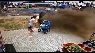 Смотреть онлайн Девушка бросила коляску, испугавшись аварии