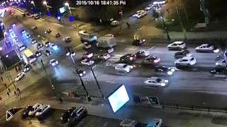 Смотреть онлайн Авария 16.10.15 в Екатеринбурге с перевернутой Газелью