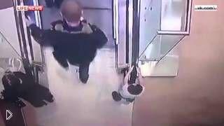 Смотреть онлайн Ребенок сорвался с эскалатора на втором этаже