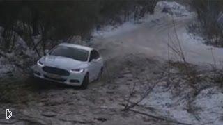 Смотреть онлайн Машины на гололеде в Барнауле улетают с дороги