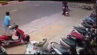 Смотреть онлайн Грабитель на байке чуть не вырвал сумку из рук девушки