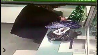 Смотреть онлайн Бабка ловко утащила новогоднюю елочку из банка