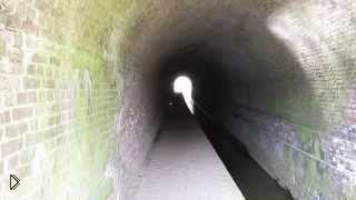 Смотреть онлайн Оглушающий взрыв петарды в тоннеле