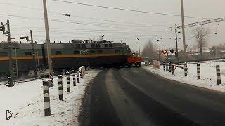 Смотреть онлайн Поезд на всей скорости протаранил трактор на переезде