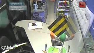 Смотреть онлайн Хитрый вор украл деньги с помощью плинтуса и клея