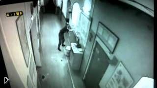 У проснувшегося дневального по роте отказали ноги - Видео онлайн