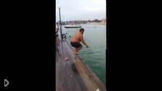 Смотреть онлайн Толстый парень прыгает в воду