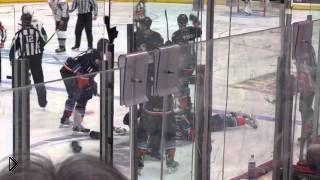 Смотреть онлайн Драка двух хоккеистов на льду закончилась нокаутом