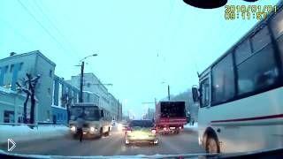 Мошенник кидается на машину чтобы срубить денег - Видео онлайн