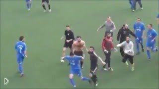 Смотреть онлайн Драка с погоней между двумя футбольными командами