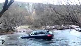 Смотреть онлайн Неудачная попытка водителя переплыть реку на Кайене