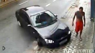 Смотреть онлайн В прогуливающегося парня чуть не влетела машина