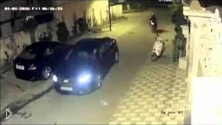 Смотреть онлайн Наглые воры разбили окно и украли сумочку из авто