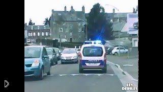 Смотреть онлайн Преступник на машине играет с полицейскими