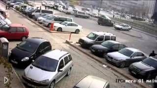 Смотреть онлайн Человек в черном поджег автомобиль средь бела дня