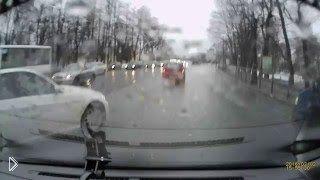Смотреть онлайн ДТП: Водитель иномарки соскользнул с рельс