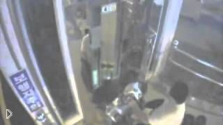 Смотреть онлайн Инвалид на коляске проломил двери лифта и упал в шахту