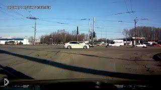 Смотреть онлайн ДТП в Рязани: Автоледи попала в нелепую аварию