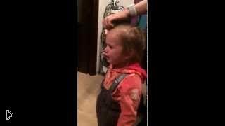 Девочка в слезах просит мальчика, желая выйти замуж - Видео онлайн