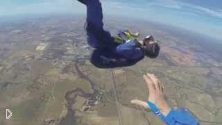 Смотреть онлайн У парашютиста случился приступ прямо во время полета