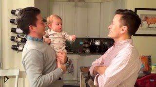 Смотреть онлайн Малышка не может понять где ее папа среди близнецов