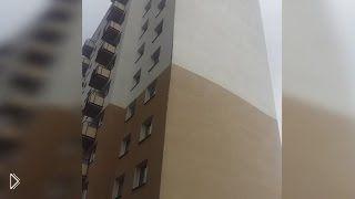 Смотреть онлайн Сильнейший ветер сорвал фасад дома