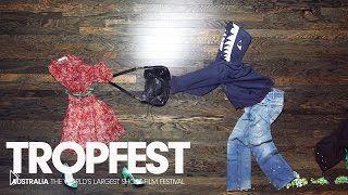Смотреть онлайн Невероятная постановка из одежды на полу