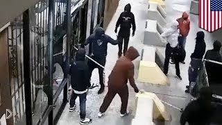 Грабители с помощью автомобиля сорвали ворота магазина - Видео онлайн