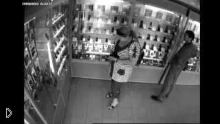 Смотреть онлайн Женщина ловко украла два мобильника прямо из салона