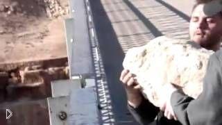 Смотреть онлайн Парни бросили камень в реку с очень большой высоты