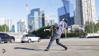 Смотреть онлайн Необычайный танец прямо посреди улицы