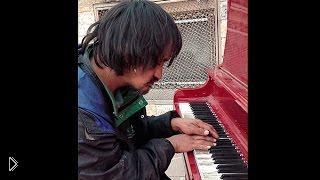 Смотреть онлайн Бездомный играет трогательную мелодию на пианино