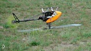 Смотреть онлайн Чувак вытворяет трюки радиоуправляемым вертолетом