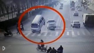 Смотреть онлайн Грузовики внезапно подскочили на дороге