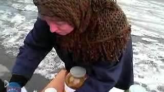 Смотреть онлайн Киров: бабушка на улице продает мочу