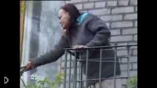 Смотреть онлайн Умалишенная бабка накинулась с ножом на сотрудника