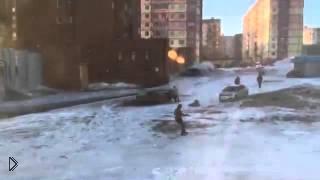 Смотреть онлайн Шквальный ветер Норильска сносит людей с ног