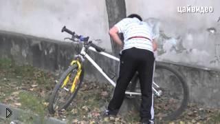 Смотреть онлайн Мальчишка украл стоящий без присмотра велосипед
