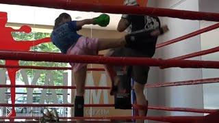 Смотреть онлайн Чемпионка по тайскому боксу притворилась новичком