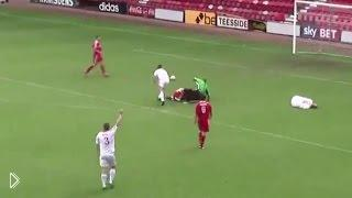 Смотреть онлайн Игрок глупо упустил шанс забить гол в открытые ворота