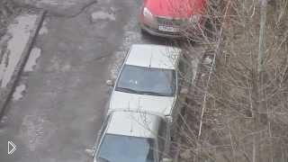 Смотреть онлайн ДТП: Помог женщине выехать с парковки