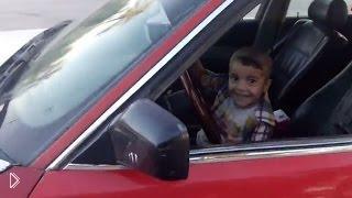 Смотреть онлайн Трехлетний ребенок катается на БМВ