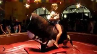 Смотреть онлайн Молодая девушка обуздала механического быка