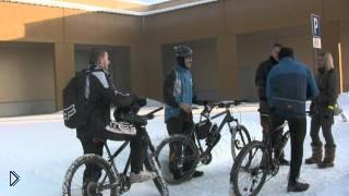 Смотреть онлайн Фильм о разнице зимней езды на велосипеде и на машине