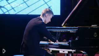 Смотреть онлайн Парень без кистей играет красивую мелодию на пианино